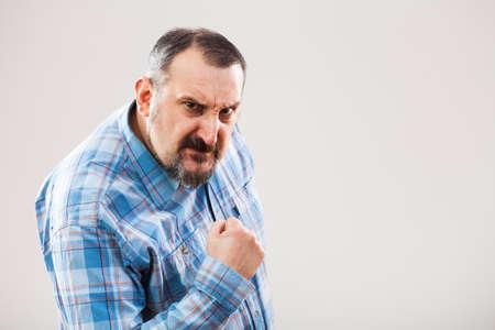 angry person: Retrato de hombre enojado que amenaza