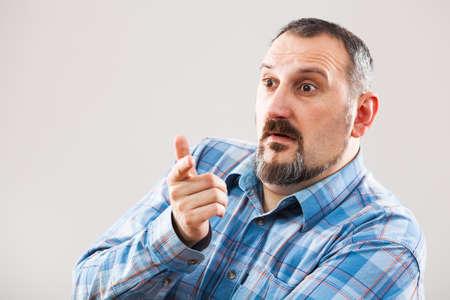 confundido: Retrato de hombre confundido preguntando qué hacer
