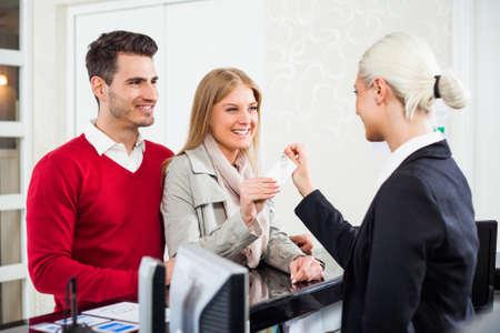 recepcion: Pareja joven check-in en la recepción del hotel