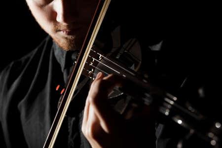 エレクトリック ・ ヴァイオリンを演じる人のクローズ アップ写真 写真素材
