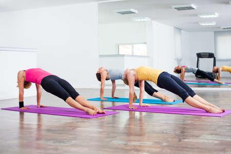 buena postura: Tres ni�as que practican yoga, plantean Puente Setuasana