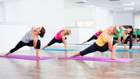 buena postura: Cuatro ni�as que practican yoga
