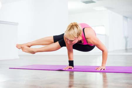 buena postura: Chica practicando yoga, Yoga Astavakrasana Ocho ángulo Pose Foto de archivo