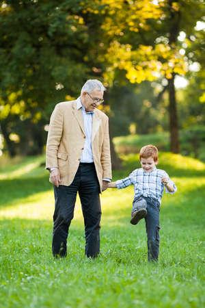 Großvater und Enkel im Park Standard-Bild - 45393083