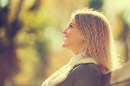 aire puro: Joven mujer feliz disfrutando de aire fresco en el otoño, entonado intencionalmente. Foto de archivo