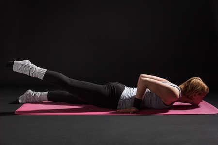 langosta: Joven practicar yoga, Salabhasana  actitud de la langosta