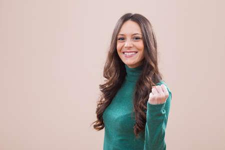 Studio shot portrait de jeune femme couronnée de succès.