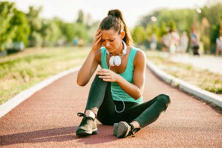 若い女性は晴れた日にジョギング中に怪我をした。