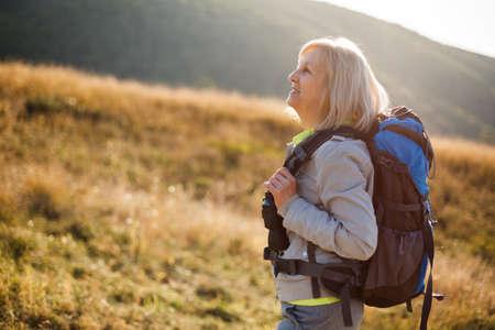 Starsza kobieta jest w górach. Aktywna emerytura.