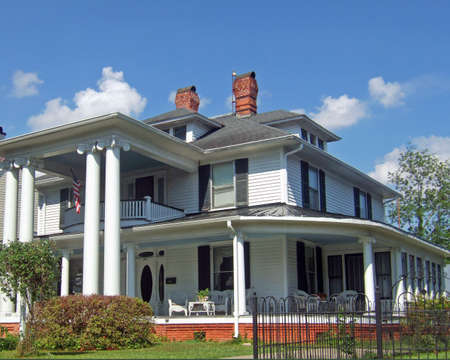 An old colonail house with large pillars in the southern part of the United States.