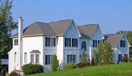 casa colonial: Una gran casa colonial blanca en los suburbios.  Foto de archivo