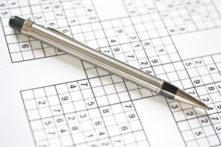 conundrum: Puzzle di sudoku e meccaniche penna. domenica pigro  Archivio Fotografico