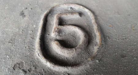 Metal number 5. Texture of rusty metal in the form of figures 5. Stockfoto