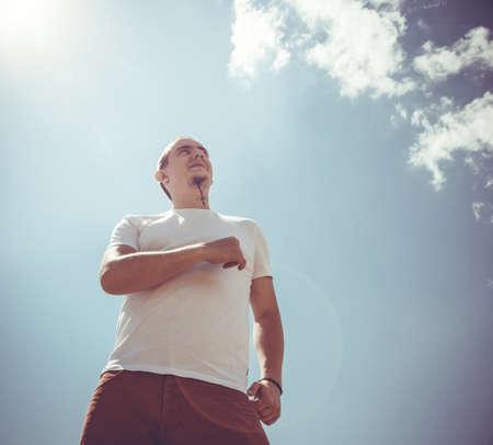 estilo urbano: Hombre inconformista con un estilo de vida barba contra el cielo