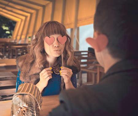 ni�as sonriendo: Amantes de la pareja en el restaurante con el coraz�n rojo - concepto D�a St.Valentines