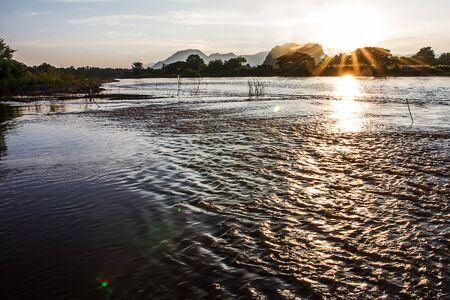 写真は川と夕日を風景します。 写真素材