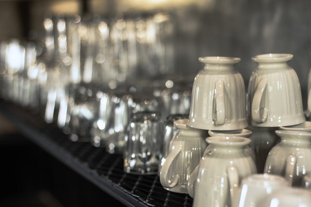 Many types of glass are arranged, available on the shelves. Zdjęcie Seryjne