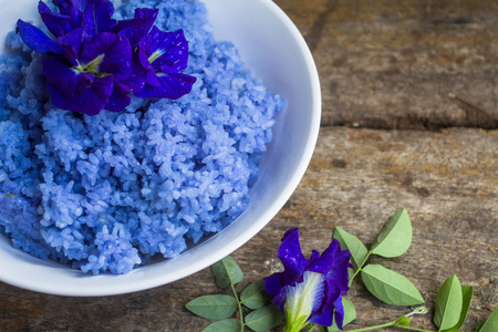 Cook the rice mixture with pea flowers. The herb helps maintain healthy hair follicles to cure bruises, swelling diuretic and heart stimulant. Add the ability to see. Capable of reducing free radicals. Zdjęcie Seryjne