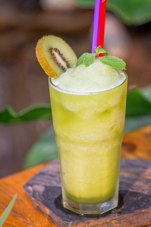 Kiwi juice Frappe set on the table ready to serve. Zdjęcie Seryjne - 108963389