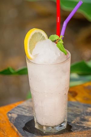 Lemon juice Frappe set on the table ready to serve. Zdjęcie Seryjne - 108963395