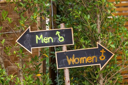 Signs to the toilet in the garden. Zdjęcie Seryjne