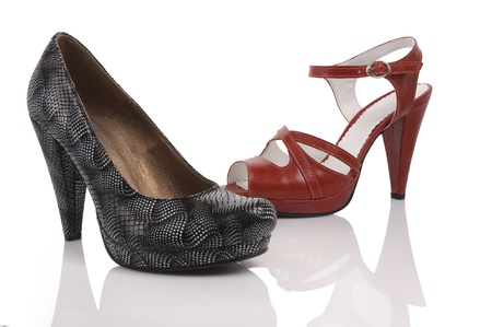 白い背景で 2 人の女性の靴