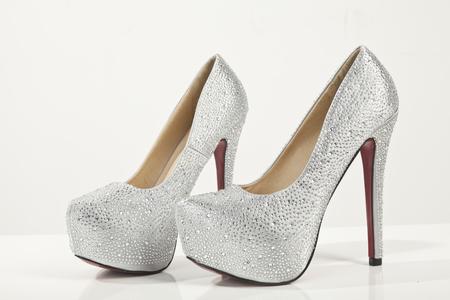 銀のハイヒールの靴