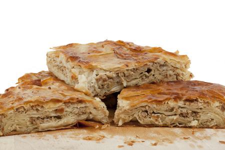 白い背景の上にハムとチーズのパイ