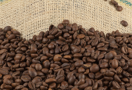 jute sack: chicchi di caff� sul sacco di iuta da vicino