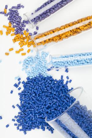 materia prima: gránulos de plástico de cerca para el moldeo Foto de archivo