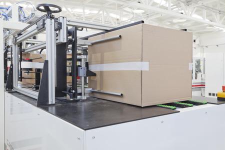 in chains: Detalle de la máquina de envasado de cartón Foto de archivo