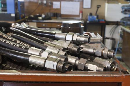 Hydraulikschläuche auf dem Tisch in der Werkstatt Standard-Bild - 39435972