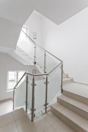 金属とガラスの塀を持つホテルの階段
