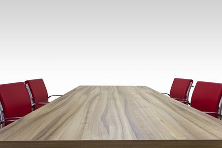 reunion de trabajo: mesa de madera con fondo de sillas de color rojo aislado
