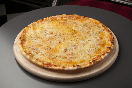 モッツァレラチーズと木の板でピザ