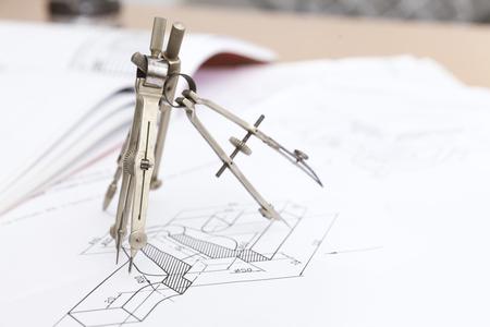 compas de dibujo: Comp�s de dibujo t�cnico cerca de fondo
