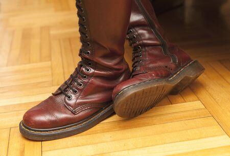 mujeres morenas: mujeres botas marrones se cierran para arriba