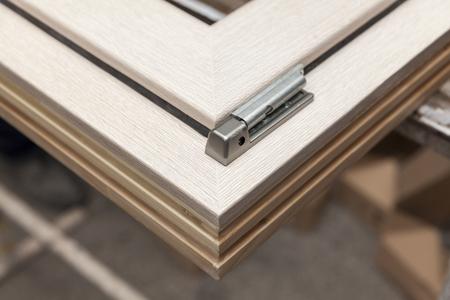 carpintero: ventana de madera en el taller de carpinter�a Foto de archivo
