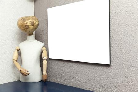 marioneta de madera: marioneta de madera vieja sin un rostro y un lienzo en blanco Foto de archivo