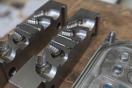 ゴム製品の成形に金属製の工具