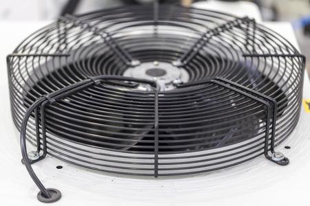 coil: ventilador industrial en unidad de refrigeración, primer plano Foto de archivo