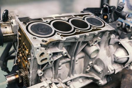 Motor van een auto op de dienst, sluit omhoog