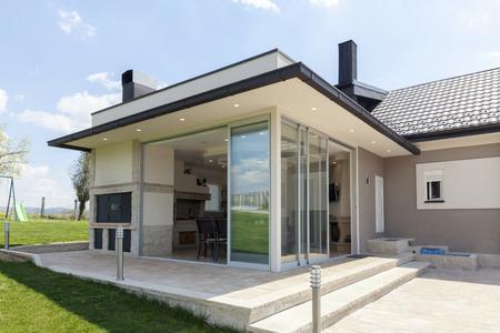 verglaste Terrasse im Grünen mit Schiebeverglasung