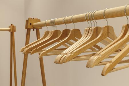 Perchas de madera vacías para ropa en vestuario