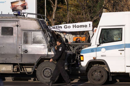 소피아, 불가리아 -2010 년 11 월 13 일 : 경찰은 thr 방법 protestants 누가 agains 불가리아에서 블라디미르 푸틴 Risian 총리의 방문을 차단합니다.