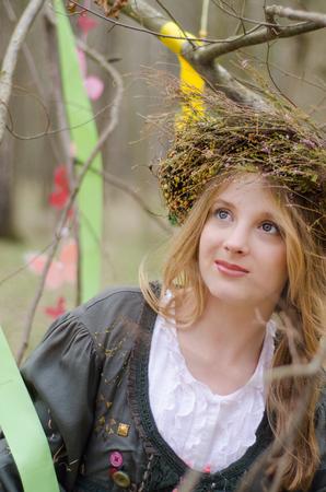 circlet: Primo piano ritratto di una bella ragazza sorridente in un cerchietto popolare di fiori