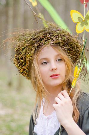 circlet: Primo piano ritratto di una ragazza in un circlet popolare di fiori detenzione ghirlanda di farfalle