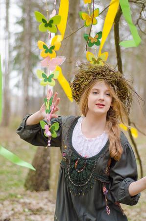 circlet: Immagine di una bella ragazza in una coroncina di fiori partecipazione popolare ghirlanda di farfalle
