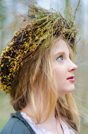 circlet: Close up ritratto di profilo di una ragazza in stile medievale folk con una coroncina di fiori Archivio Fotografico
