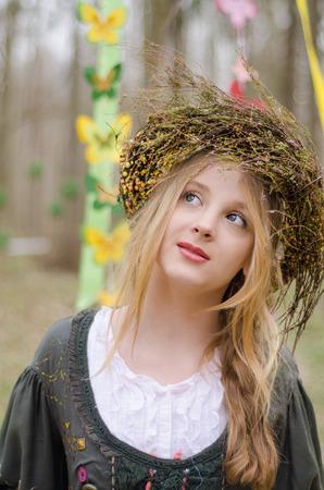 circlet: Primo piano ritratto di una bella ragazza pensosa in cerchietto di fiori in stile medievale popolare